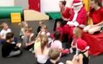 Distribution de petits cadeaux de la part du Père Noël de l'AMGA lors des cours de Baby