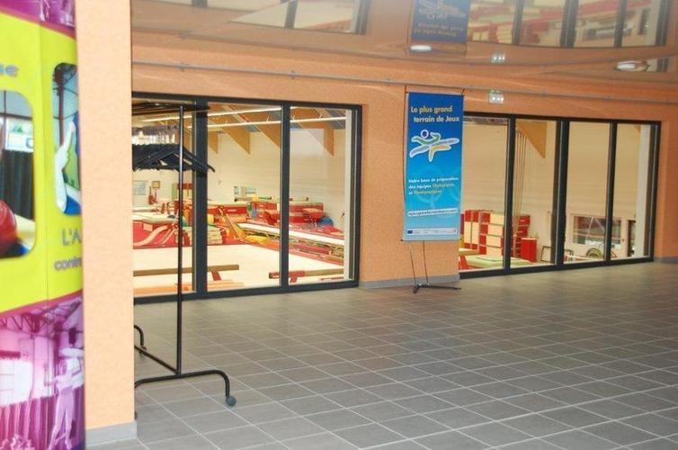 salon VIP avec vue sur la salle de gymnastique artistique et tribune